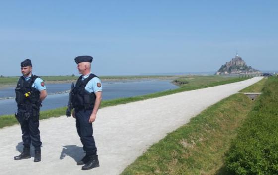 policia zatkla muza ktory sposobil evakuaciu francuzskeho ostrova mont saint michel