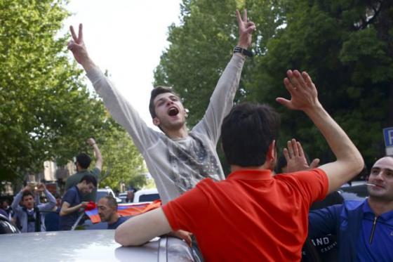 premier sarkisjan pod tlakom demonstracii necakane rezignoval armenske ulice su dejiskom oslav