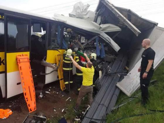foto policia ziada o pomoc pri vysetreni tragickej zrazky autobusu s kamionom na r1 pri badine