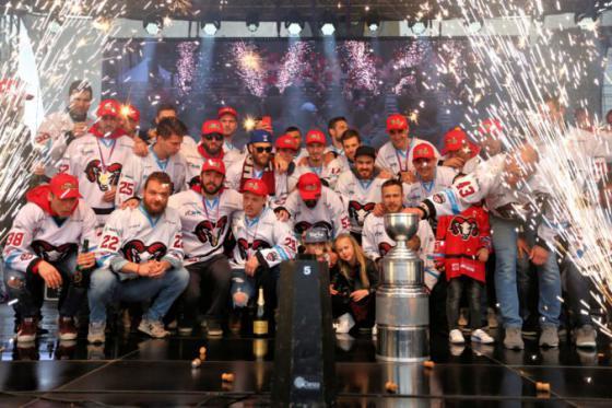 foto hokejisti banskej bystrice oslavili s fanusikmi vitazstvo v tipsport lige