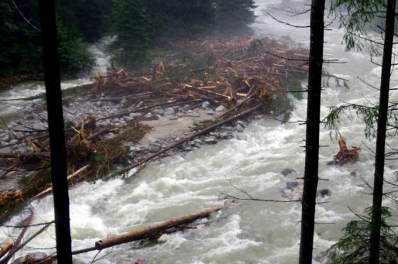 v obci stara lesna po povodniach zateka strecha na skole ministerka lubyova prislubila pomoc
