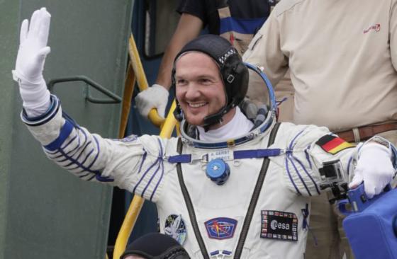 video astronaut z iss si priamo z vesmiru zahral hudobny duet s nemeckou skupinou kraftwerk