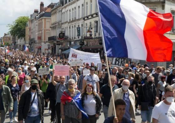 vo francuzsku sa opat protestuje proti pandemickym opatreniam na muske su aj covid pasy