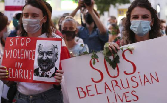 nasilne protesty v bielorusku pokracuju robotnici nesli do prace a do ulic vysli aj zeny video