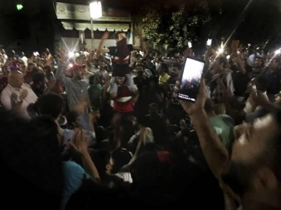 video v kahire sa stretli desiatky demonstrantov a vyzyvali prezidenta as sisiho aby odstupil