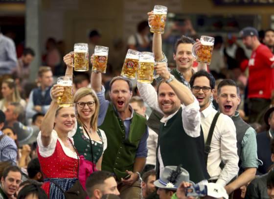 video festival oktoberfest otvorili narazenim suda v mnichove opat tecie pivo potokom