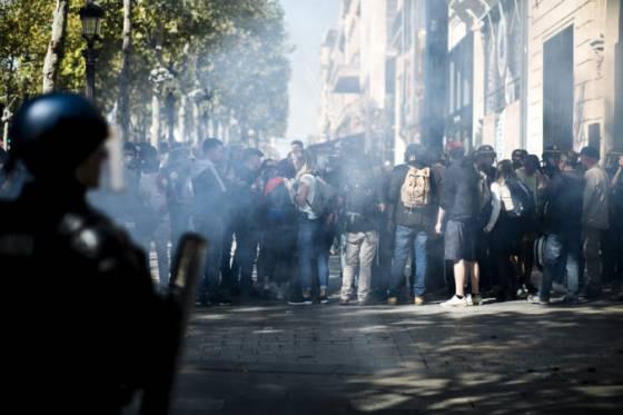 video demonstranti chceli v parizi ozivit hnutie zltych viest policajti pouzili slzotvorny plyn