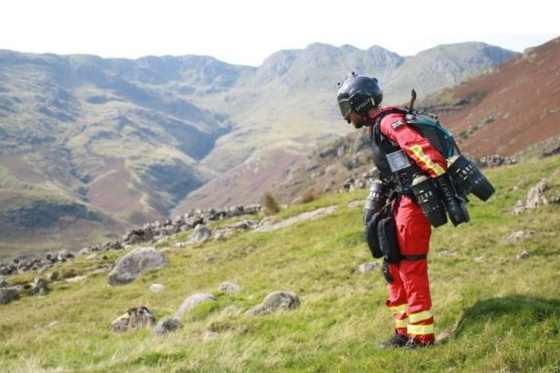 zdravotnici v oblakoch v britanii otestovali lietajuci oblek pre zachranarov video