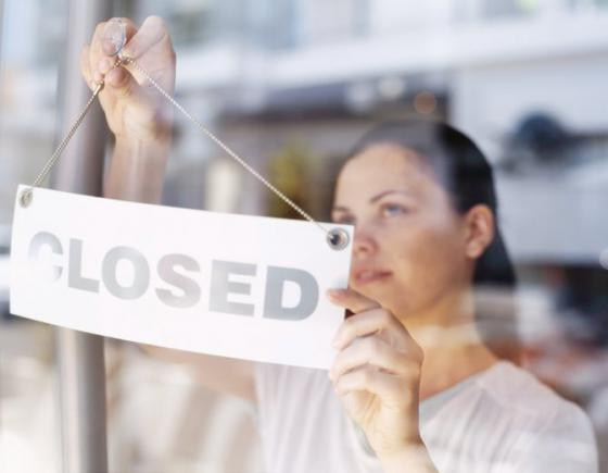 obchody v polsku budu v nedelu zatvorene navrh celi kritike